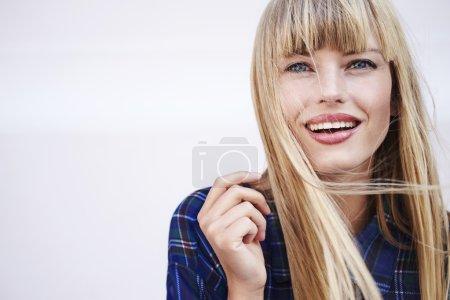 Photo pour Superbe jeune femme souriant à la caméra - image libre de droit