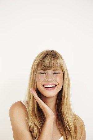 Photo pour Superbe jeune femme riant dans studio - image libre de droit