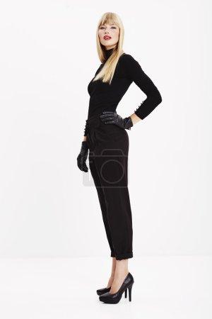 Photo pour Superbe jeune femme en vêtements noirs et talons - image libre de droit