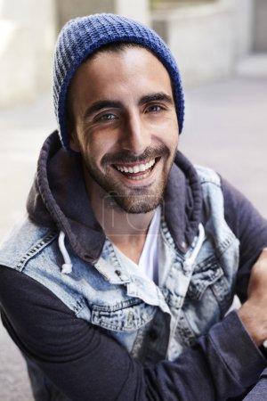 Photo pour Joyeux jeune homme souriant à la caméra - image libre de droit