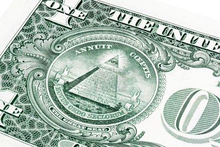 Photo pour Un (1) billet d'un dollar américain sur une photo rapprochée. Effet de champ peu profond. Œil de Providence, œil de Dieu qui voit tout, logo Mason Illuminati, pyramide, triangle. Grand Sceau . - image libre de droit