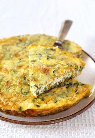 Photo pour Cuisine italienne, pois verts et fritatta aux patates douces. Focus sélectif - image libre de droit