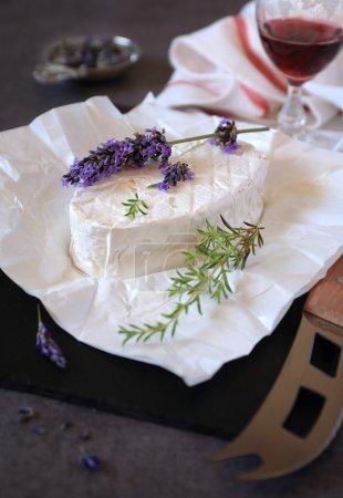 Photo pour Brin de lavande sur les fromages au lait de vache et le verre de vin rouge - image libre de droit