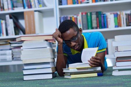 Photo pour Portrait de l'apprentissage des élèves à la bibliothèque close up - image libre de droit