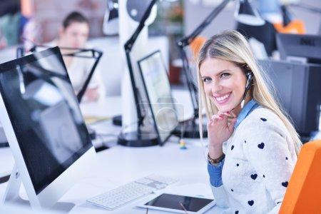 Photo pour Femme d'affaires qui travaille avec succès au bureau - image libre de droit