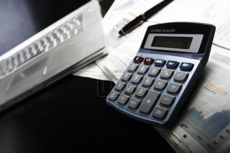 Photo pour Faire les finances avec calculatrice - image libre de droit