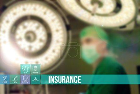 Photo pour Image concept médical d'assurance avec des icônes et des médecins sur fond - image libre de droit