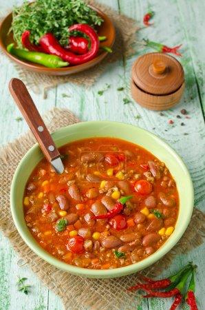 Photo pour Plat mexicain Chili Con Carne dans l'assiette - image libre de droit