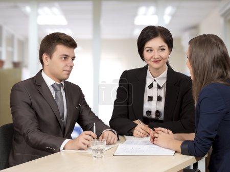 Photo pour Groupe de trois hommes et femmes d'affaires qui discutent de l'accord. Intérieur de bureau, émotions authentiques . - image libre de droit
