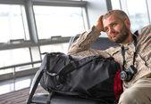 Usmívající se muž na letišti