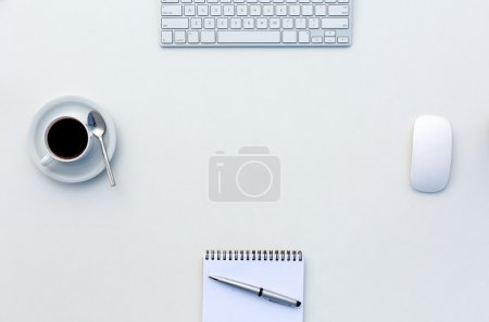 Photo pour Bright Open Space Office White Table Top View avec tasse à café ouvert Stylo bloc-notes vierge et clavier d'ordinateur et souris sur le bureau - image libre de droit