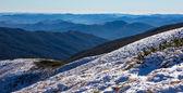 """Постер, картина, фотообои """"Заснеженных горных склонов и туманные отдаленные горные хребты зимнего сезона"""""""