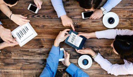 Par dessus l'avis de l'équipe de Business avec des Gadgets en interaction