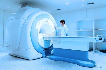 Photo pour Médecin vétérinaire travaillant dans la salle de scanner IRM prendre avec filtre bleu - image libre de droit