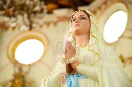 Photo pour Statues des saintes femmes dans l'église catholique romaine. - image libre de droit