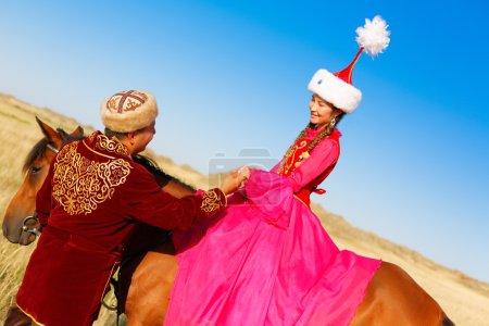 Photo pour Kazakh homme et femme en costumes nationaux - image libre de droit