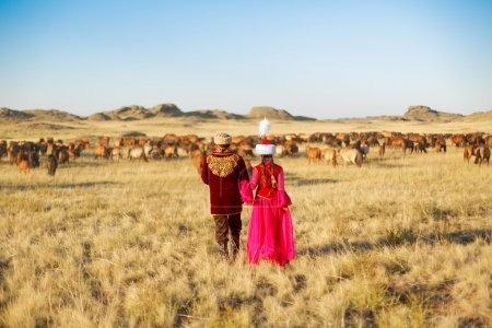 Photo pour Kazakh homme et femme en costume national - image libre de droit