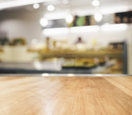Foto de Wooden Table top counter with blurred kitchen interior background - Imagen libre de derechos