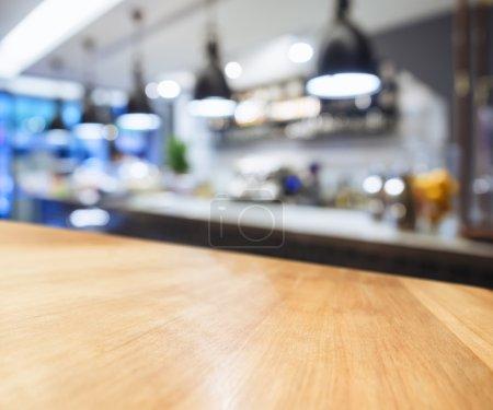 Comptoir de table avec fond de cuisine flou