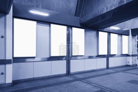 Photo pour Panneau de gabarit vertical vierge grande boîte au néon dans la station de métro - image libre de droit