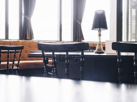 Photo pour Haut noir de la table et des sièges avec le fond intérieur de restaurant de café - image libre de droit