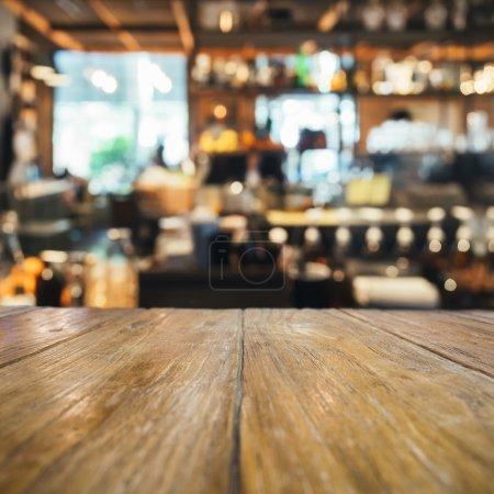 Photo pour Table en bois, comptoir avec floue Bar fond de restaurant - image libre de droit