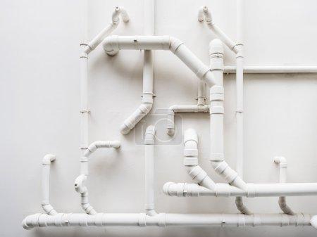 Photo pour Pipeline Système de plomberie sur mur blanc dans le bâtiment - image libre de droit