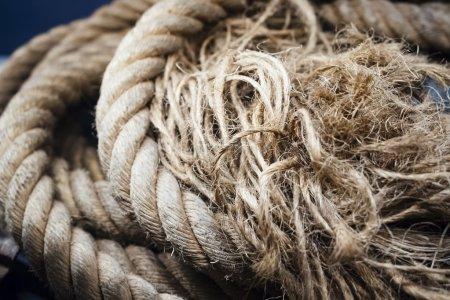 Photo pour Corde de bateau avec nœud texturée sur fond Industrail objet - image libre de droit