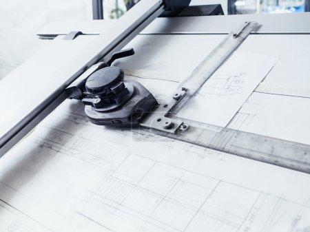 Photo pour Dessins d'architecture dessin plan sur table de travail - image libre de droit