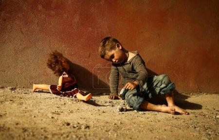 Photo pour Seul enfant triste jouant dans une rue - image libre de droit