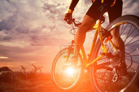 Photo pour Mountain Bike cycliste seule piste extérieure - image libre de droit