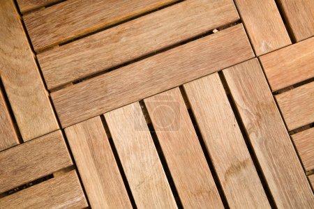 Photo pour Vue rapprochée des carreaux extérieurs de terrasse en bois - image libre de droit