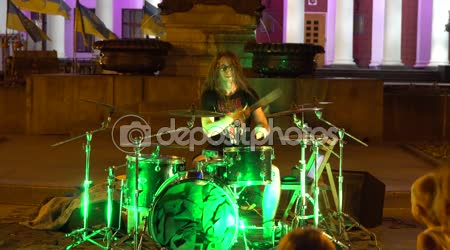 Oděsa, Ukrajina - 26 červen 2016: Hudebník v ulici hraje na bicí, osvětlené