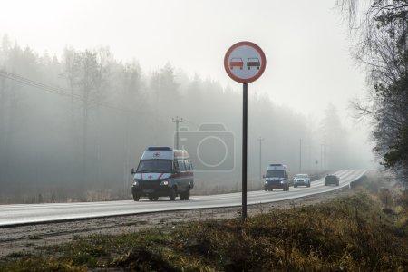 Foto de La ambulancia cabalga en malas condiciones climáticas para ayudar. Rusia - Imagen libre de derechos