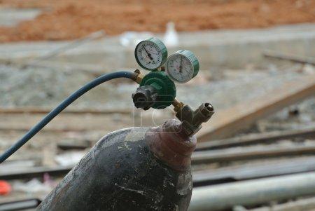 Photo pour Bouteille de gaz pour soudeur placée sur le chantier . - image libre de droit