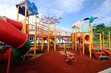 Photo pour Aire de jeux extérieure pour enfants située dans la zone de logement à Selangor, Malaisie. C'était un design avec peu de thèmes différents pour donner une expérience différente aux enfants . - image libre de droit