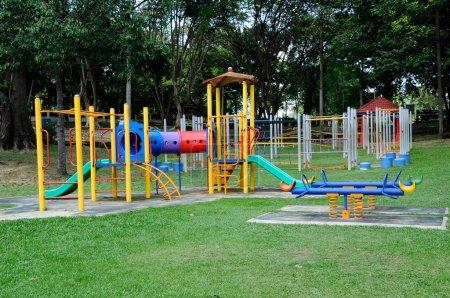 Photo pour Aire de jeux extérieure pour enfants située dans le parc public de Selangor, Malaisie. C'était un design avec peu de thèmes différents pour donner une expérience différente aux enfants . - image libre de droit