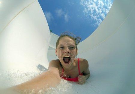 Photo pour Selfie extrême de fille flottant dans un fort ruisseau d'eau - image libre de droit