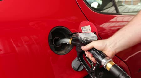 Auto paliva v čerpací stanici