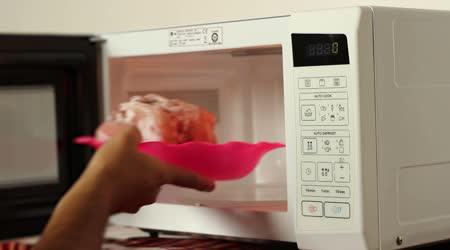 Rozmrazování masa na mikrovlnné