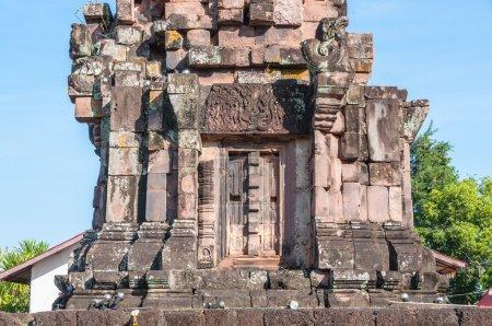 Photo pour Phra Que Narai Cheng Weng, La pagode de grès est sur une base lalérite. Des motifs ornés ornent le linteau, la porte et les fenêtres. On croit que le site a été entièrement construit par des femmes qui ont rivalisé avec les hommes qui ont construit Phra That Phu Pek. Il date fro - image libre de droit
