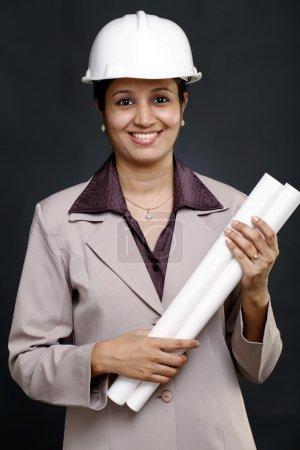 Photo pour Portrait de jeune femme architecte indienne - image libre de droit