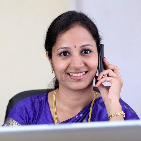 Photo pour Souriante jeune femme indienne parle sur téléphone portable - image libre de droit