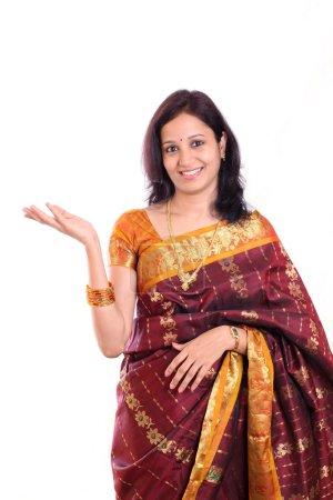 Photo pour Jeune femme traditionnelle indienne excitée contre le blanc - image libre de droit