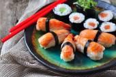 Domácí sushi s volně žijící losos, krevety, okurka a mořských řas