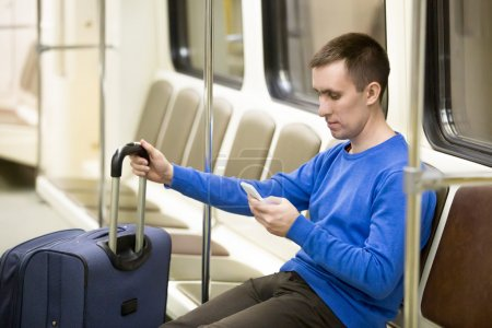 Viajero joven en tren subterráneo