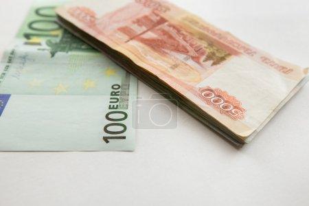 Photo pour Cent euros et une pile de 5000 billets russes - image libre de droit