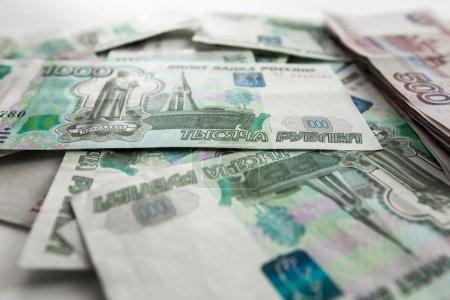 Photo pour Gros plan sur les billets russes éparpillés - image libre de droit