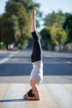 Street yoga: salamba shirshasana