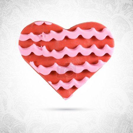 Illustration pour Biscuit rouge Saint-Valentin en forme de coeur en plasticine avec lignes de crème de fraise rose, glaçage et décoration en pâte, pâte à modeler, vecteur isolé, sculpture alimentaire - image libre de droit